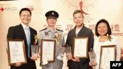 吴恩融(右二)获香港人道年奖