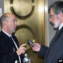 Admiral James Stavridis (L) talks to VOA's Al Pessin (R), 13 Jan 2010