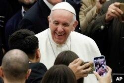 프란치스코 교황이 6일 '주간 일반 알현'을 위해 폴 6세 홀에 도착하고 있다.