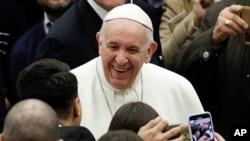 프란치스코 교황이 6일 '주간 일반 알현'을 위해 폴 6세 홀에 도착했다.