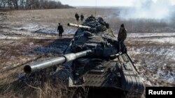 18일 우크라이나 동부 도네츠크 주에서 친 러 분리주의 반군 소속 탱크들이 부흘레히스크에서 데발체베로 향하는 도로를 막고 있다.