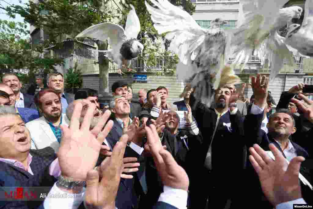 نامزدی در ثبت نام انتخاباتی، این کبوترها را رها کرد. عکس: علی حدادی اصل