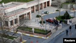 Polisi terlihat mengelilingi sebuah kendaraan dekat gedung konsulat Amerika Serikat di Istanbul, Turki (27/2).