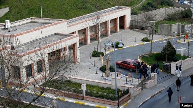 Turkiya politsiyasi Istanbuldagi AQSh konsulligi binosi oldida portlovchi moddalarga egaligini da'vo qilgan bir shaxsni hibsga olgan.