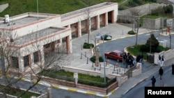 Cảnh sát mặc thường phục đứng gần Lãnh sự quán Mỹ ở Istanbul sau vụ báo động về an ninh 27/2/15