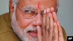 Lãnh đạo phe đối lập Bharatiya Janata (BJP) và người sắp trở thành tân thủ tướng của Ấn Độ Narendra Modi chào đón đám đông tại nhà của mẹ ông ở Gandhinagar, miền tây Gujarat, 16/5/2014.