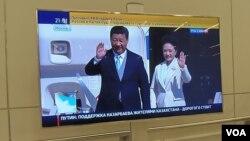 习近平夫妇5月8日抵达莫斯科时,俄罗斯电视台对此报道。