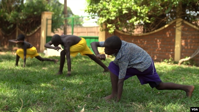 Young orphans practice capoeira on the grounds of their orphanage. The martial art was developed centuries ago by African slaves in Brazil, April 20, 2017. (Z. Baddorf/VOA)