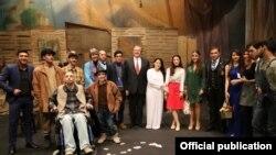 """Robert Sekuta """"ƏSA"""" Teatrının kollektivi ilə"""
