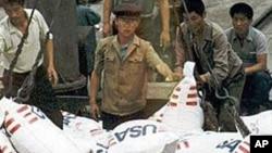 지난 1997년 북한 청진에서 하역 중인 미국산 식량(자료사진)