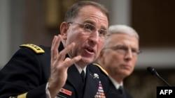 Jenderal Angkatan Darat Robert Abrams (kiri) memberikan kesaksian dalam sidang konfirmasi Senat AS hari Selasa (25/9).