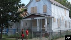 這間曾經禁錮並強奸三名被綁架婦女達10年之久的克利夫蘭房屋已被拆毀 (資料照片)