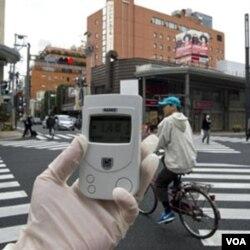Pakar radiasi dari Greenpeace memantau kadar radiasi di desa Namie, 40 kilometer dari PLTN Fukushima (8/4).