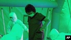 医务人员在检查一名妇女是否受到放射线物质侵袭