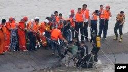 Phụ nữ 65 tuổi được nhân viên cứu hộ kéo ra khỏi đống chiếc phà bị chìm trên sông Dương Tử, ngày 2/6/2015.