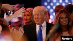 Kandidat za republikansku nominaciju Donald Tramp sa ćerkom Ivankom i suprugom Melanijom posle pobede u Indijani