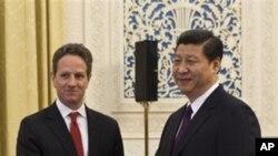 ທ່ານ Timothy Geithner ລັດຖະມົນຕີການເງິນສະຫະລັດ ຈັບມືກັບ ທ່ານ Xi Jinping ຮອງປະທານປະເທດຈີນ. ວັນທີ 11 ມັງກອນ 2012.