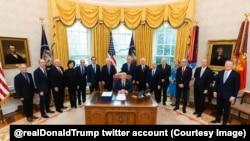 Donald Tramp i američki zvaničnici nakon potpisivanja zakona o paketu ekonomske pomoći (Foto: Tviter nalog Donalda Trampa)