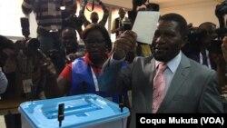 L'opposant Isaías Samakuva, leader de UNITA, vote à Luanda, le 23 août 2017.