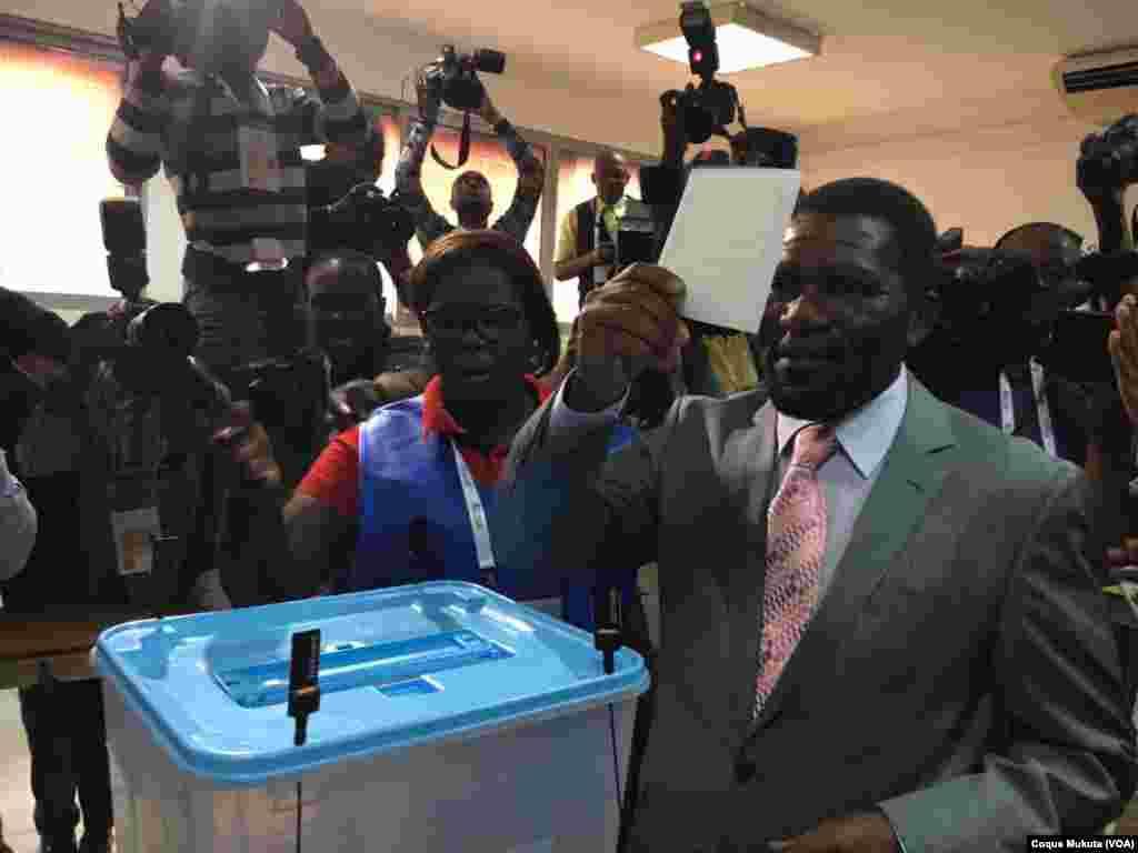 Isaias Samakuva, chef de l'UNITA, vote à Luanda, Angola, 23 août 2017.