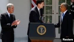 El presidente Barack Obama (derecha), presenta a James Corney (al centro), como su nominado para dirigir el FBI. Robert Mueller (izquierda), actual director del FBI, se retirará a finales de este año.