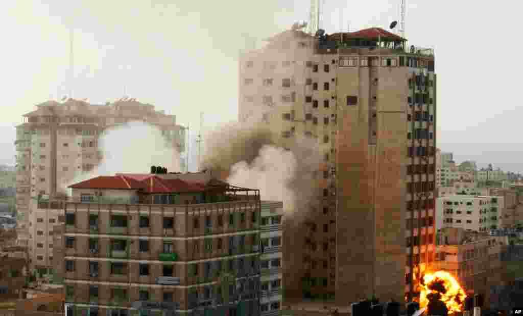 Khói và lửa bùng lên sau vụ nổ tại thành phố Gaza, ngày 19/11/2012.