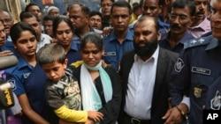 دلاور حسین و همسرش محموده در اسکورت پلیس به دادگاهی در داکا برده می شوند - نهم فوریه