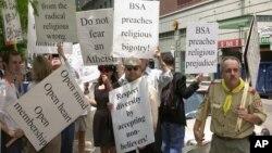 Protes dari para anggota terhadap organisasi kepanduan Boy Scouts of America saat konferensi nasional di Philadelphia. (Foto: Dok)