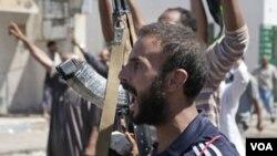 Pemberontak Libya, dengan bantuan serangan udara NATO, terus mendesak maju ke ibukota Tripoli (16/8).