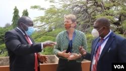 Naibu katibu mkuu wa Jumuiya ya Afrika Mashariki (JAM) Chiristopher Bazivamo (kushoto) Balozi wa Ujerumani nchini Tanzania Regina Hess (katikati) na Daniel Malanga (Kulia), mkurugenzi wa uchumi kwenye mamlaka ya usafiri wa angani ya Tanzania.