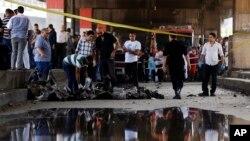 埃及首都開羅市中心意大利領事館外發生大規模爆炸,調查人員在現場搜集證據。