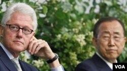 Mantan Presiden AS, Bill Clinton (kiri) dan Sekjen PBB Ban Ki-moon dalam salah satu panel HIV/AIDS di New York (9/6).