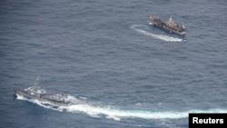 厄瓜多尔军舰2020年8月7日在加拉帕戈斯群岛附近海域上监视外国渔船(路透社)