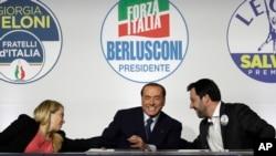 ARCHIVO - De izquierda a derecha, Giorgia Meloni de Brothers of Italy, Silvio Berlusconi de Forza Italia y Matteo Salvini de la Liga asisten a un evento mediático para líderes de centroderecha antes de las elecciones generales del 4 de marzo en Roma, Italia, el 1 de marzo de 2018.