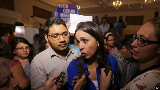 María Corina Machado asegura que pese a una prohibición, se va a inscribir como candidata para las elecciones deciembre.