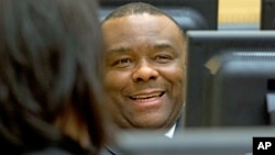 L'ancien Vice-président Jean-Pierre Bemba sourit alors qu'il attend le début de son procès à la Cour Pénale Internationale, à La Haye, le 27 novembre 2013.