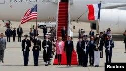 2018年4月23日,法国总统马克龙和夫人抵达美国马里兰州的安德鲁斯联合基地