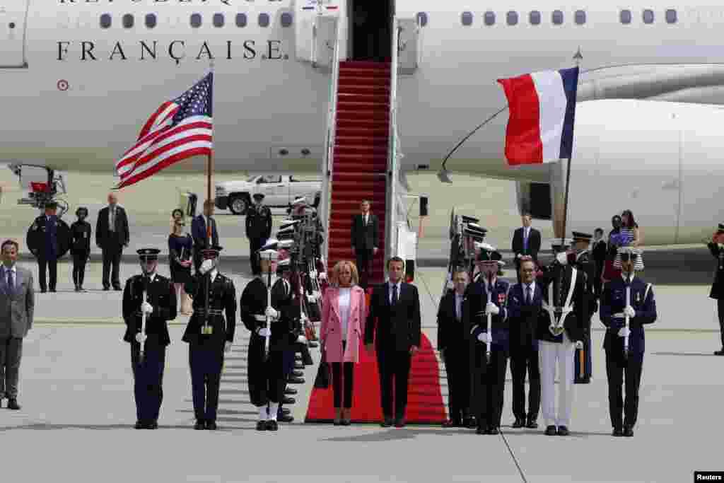 Le président français Emmanuel Macron et son épouse Brigitte Macron arrivent pour leur visite d'Etat à Washington après leur débarquement à la base commune Andrews dans le Maryland, le 23 avril 2018.