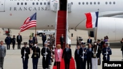 Prezidan Emmanuel Macron ak madanm li, Brigitte Macron, ki t ap travèse tapi wouj la aprè yo te rive nan Washington pou yon vizit ofisyèl kote lidè fransè a gen pou l rankontre plizyè fwa ak Prezidan Donald Trump (Foto: 23 avril 2018).
