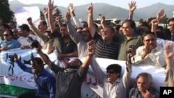 پارلیمنٹ ہاؤس کے سامنے صحافیوں کا مظاہرہ