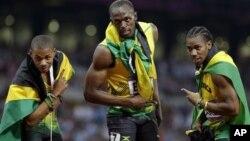 3 tay đua Jamaica, Usain Bolt (giữa) đoạt huy chương vàng trong môn chạy cự ly 200 mét với 19,32 giây, Yohan Blake (phải), huy chương bạc, và Warren Weir, huy chương đồng