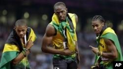 Para pelari Jamaika merayakan kemenangan mereka dalam lari 200 meter. Usain Bolt (tengah) meraih medali emas, Warren Weir (kiri) perunggu dan Youhan Blake mengantongi medali perak (9/8).