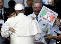 Bé trai 5 tuổi Rodrigo Lopez Miranda ôm hôn Đức Giáo Hoàng tại bệnh viện ở Mexico City, ngày 14/2/2016.