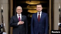 波蘭國防部長布萊茲查克(右)2018年4月27日訪問五角大樓(路透社)