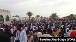 Les fidèles au Mausolée du fondateur du mouridisme à Touba, Sénégal, 8 novembre 2017. (VOA/Seydina Aba Gueye)