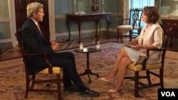 美國國務卿克里在國務院接受美國之音波斯語組記者的採訪 (2015年7月20日)