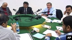 霍尔布鲁克(左三)在伊斯兰堡向记者发表讲话