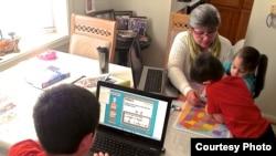 奥德丽•布格尔斯迪克在美国家中给孩子上课 (照片由余木提供)