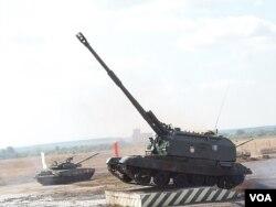 维护大国地位,俄加大国防投入。2014年夏季莫斯科郊外的俄罗斯坦克和火炮等武器表演。(美国之音白桦拍摄)