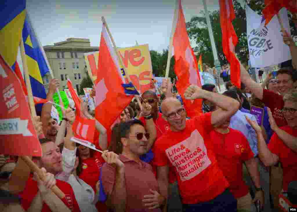 Митингующие овацией встретили решение Верховного суда